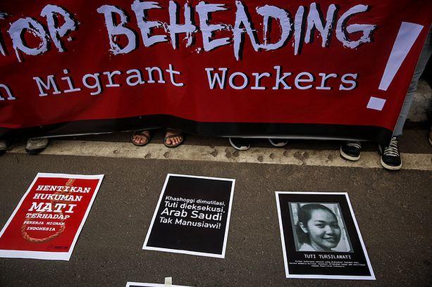 Ihmiset protestoivat marraskuussa Saudi-Arabian suurlähetystön edustalla Jakartassa. Saudi-Arabia teloitti tuolloin indonesialaisen kotiapulaisen.