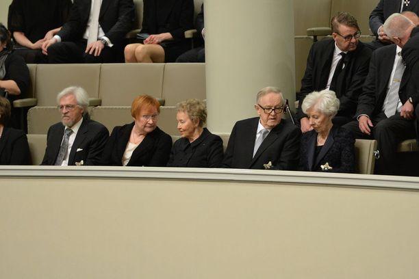 Niinistön puhetta seurasivat vasemmalta oikealle Pertti Arajärvi, Tarja Halonen, Eeva Ahtisaari, Martti Ahtisaari ja Tellervo Koivisto.