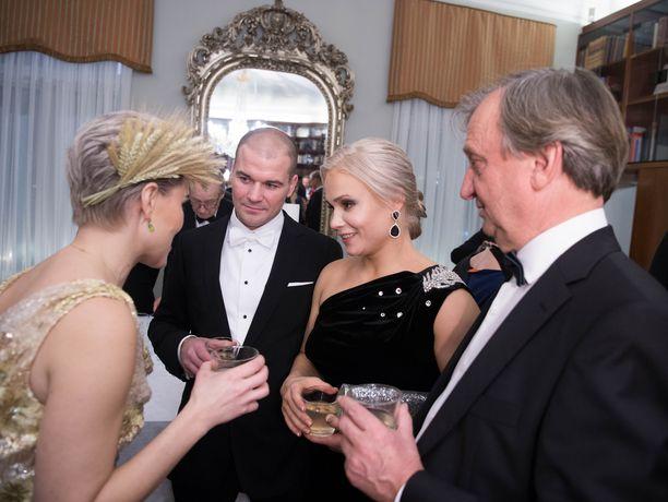 Petra Olli keskusteli Linnan juhlissa muun muassa kansanedustajien Susanna Kosken ja Harry Harkimon kanssa.
