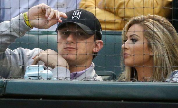 Johnny Manziel ja tyttöystävä Colleen Crowley katsomassa Browsin ottelua huhtikuussa 2015.