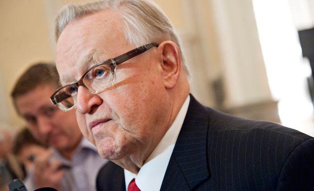 Ahtisaari suree suurmiehen poismenoa.