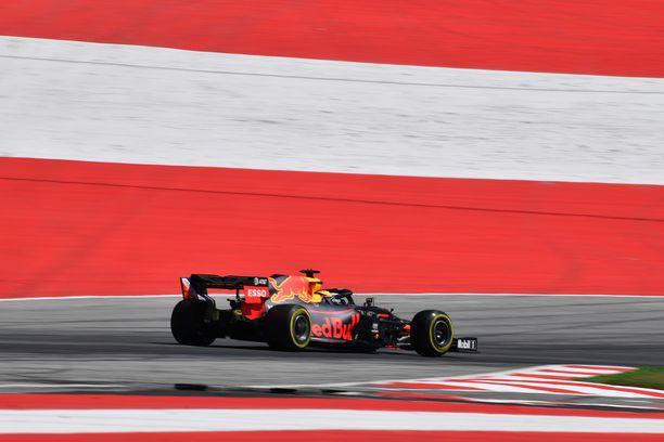 Max Verstappen ylitti maaliviivan ensimmäisenä.