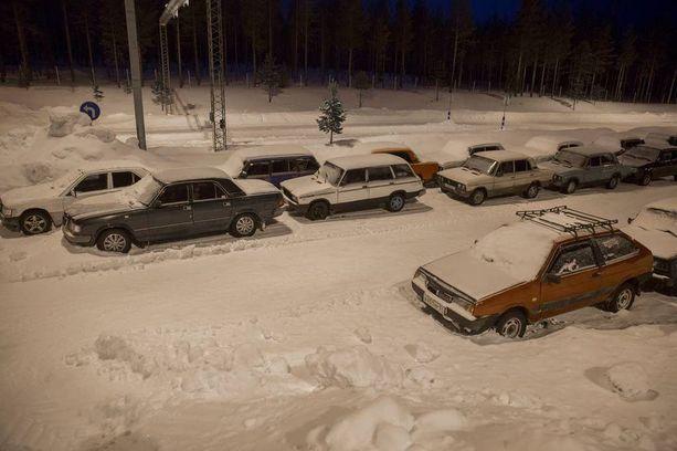 Turvapaikanhakijoiden jättämiä autoja lojui Sallassa Kelloselän rajanylityspaikalla maaliskuun alussa 2016.