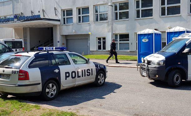 Töölön kisahallin edustalla toimii yksi poliisin tukikohta presidenttien huippukokouksen aikana.