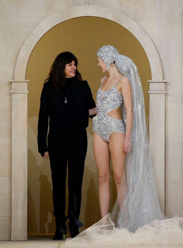 Virginie Viard ja malli Vittoria Ceretti Chanelin haute couture -näytöksessä tammikuussa 2019.