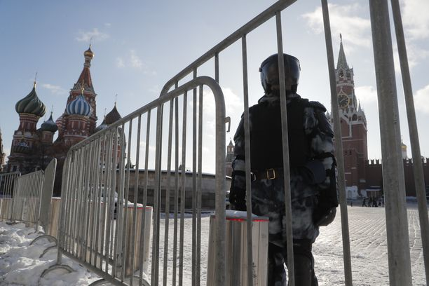 Moskovassa mellakkapoliisit vartioivat Punaisella torilla helmikuussakin, kun kansa osallistui Navalnyin tukimielenosoituksiin.