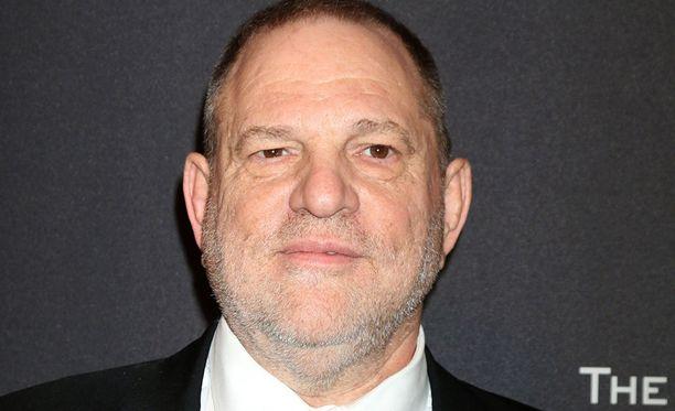 Hollywoodin menestyneimpiin tuottajiin lukeutuva Harvey Weinstein on ahdistellut naisia, mukaan lukien monia Hollywood-tähtiä, lähes 30 vuoden ajan, paljastaa The New York Times.