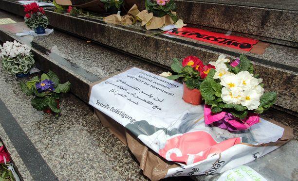 Joukkoahdistelun uhrien tueksi tuotiin kukkia uudenvuoden jälkeen Kölnissä.