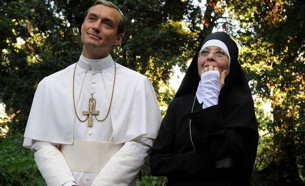 Jude Law esittää paavia, joka ei kardinaalikunnan toiveista välitä.