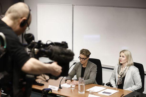Seksuaalirikostutkintoihin erikoistuneet rikosylikomisario Sari Sarani (kesk.) ja rikoskomisario Sanna Springare (oik.) tiedottivat laajasta jutusta maaliskuussa Vantaalla.