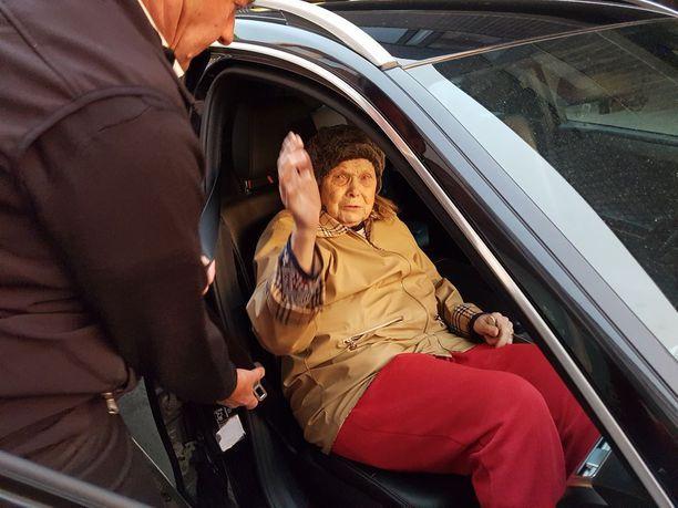 Liisa Tiukka vuonna 2017, kun taksi vei hänet pois asunnostaan vanhainkotiin.