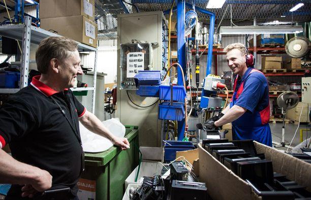 Toimitusjohtaja Pertti Harvia (kuvassa vasemmalla) seurasi kiukaan valmistumista tehtaalla.