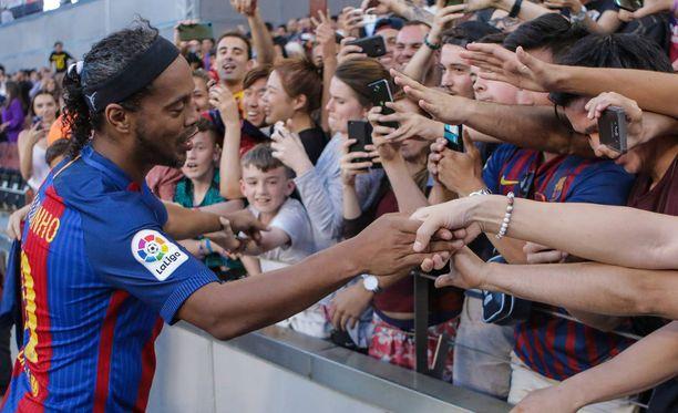 Ronaldinho tervehti faneja Camp Noulla.