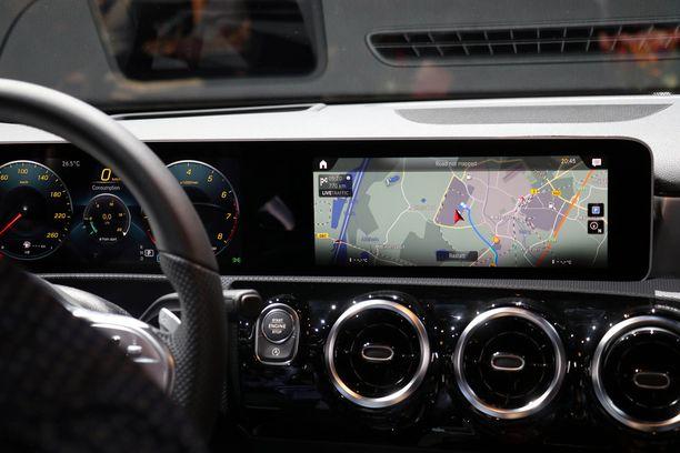 Uusi S-Mercedeksen sukuinen näkymä avautuu kuljettajan eteen.