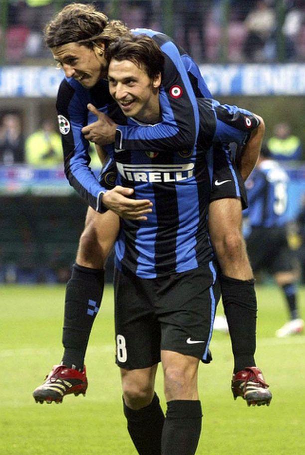 Zlatan Ibrahimovic saa tässä onnittelut Hernan Crespolta. Ibrahimovic pamautti maalin Ascolin verkkoon San Sirolla sunnuntaina.