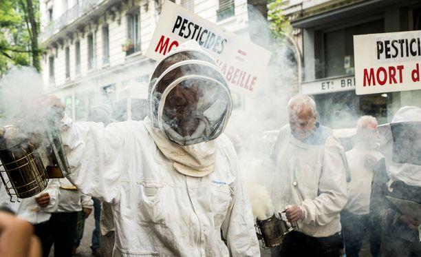 Kuva kasvimyrkkyjen vastaisesta mielenosoituksesta heinäkuussa Ranskassa. Glyfosaattia on syytetty myös mehiläiskuolemista.