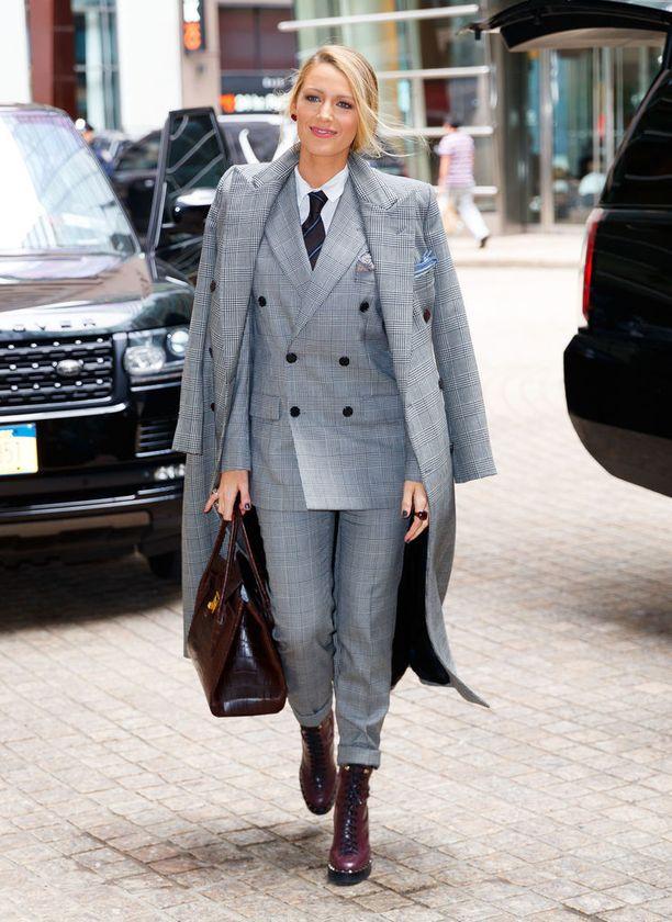 Kaikki haluavat nyt ruudullisen jakkupuvun. Kaksirivinen, maskuliininen puku on täydellinen business-look.