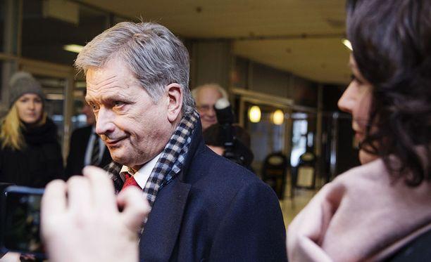 Valitsijayhdistyksen ehdokas Sauli Niinistö tavoittelee jatkokautta selvästi kilpakumppaneitaan rahakkaammalla kampanjalla. Merkillepantavaa on, että Niinistö ei ole saanut ennakkoilmoituksensa perusteella kampanjaansa lainkaan tukea kokoomukselta.