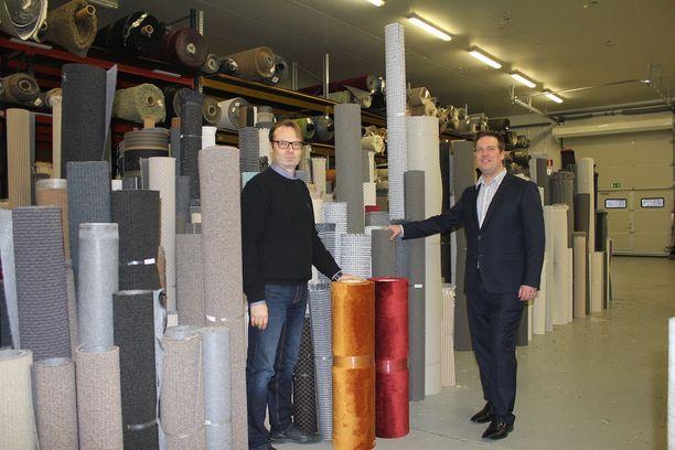 Toimitusjohtaja Harri Viita-aho ja myyntijohtaja Miika Ihander kertovat suomalaisten värimaun olevan edelleen varsin maltillinen. Silti rohkeampiakin värejä käytetään yhä enemmän.