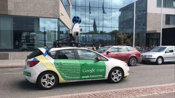 Googlen auto pysähtyi Alvar Aallon kadulla Helsingissä maanantaina.