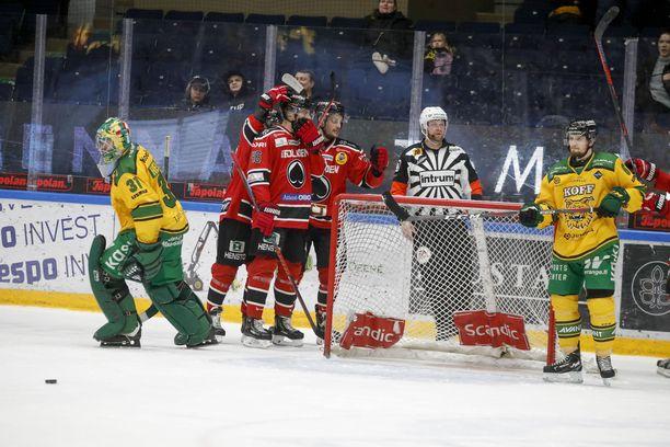 Ässät kiri päätöserässä Ilveksen ohi. Tamperelaisjoukkueen maalivahti Riku Helenius ja puolustaja Olli Vainio joutuivat seuraamaan sivusta porilaisjuhlia.