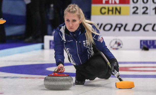 Oona Kauste on Suomen curlingkaksikon toinen osapuoli.