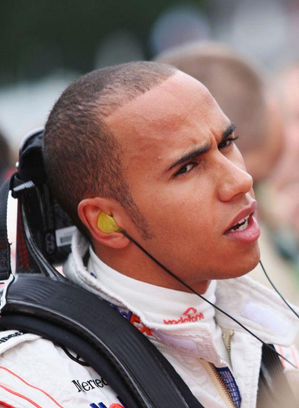 Lewis Hamilton johtaa yhä MM-taistoa takaiskusta huolimatta.