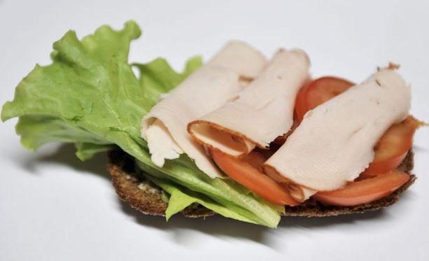 Yksinkertainen voileipä on malliesimerkki siitä, miten hiilihydraatit ja proteiinit yhdistetään onnistuneesti välipalassa.