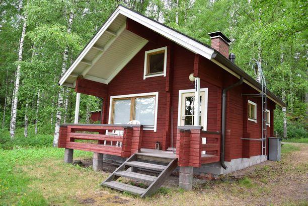 Tämä mökki sijaitsee Oriveden Pitkäjärven maalaismaisemissa. Tontilla on kaivo ja aurinkosähkövarustus.