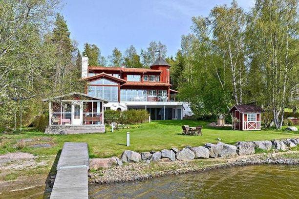 Vaasalainen merenrantakoti on rakennettu kallion päälle ja kolmeen kerrokseen.