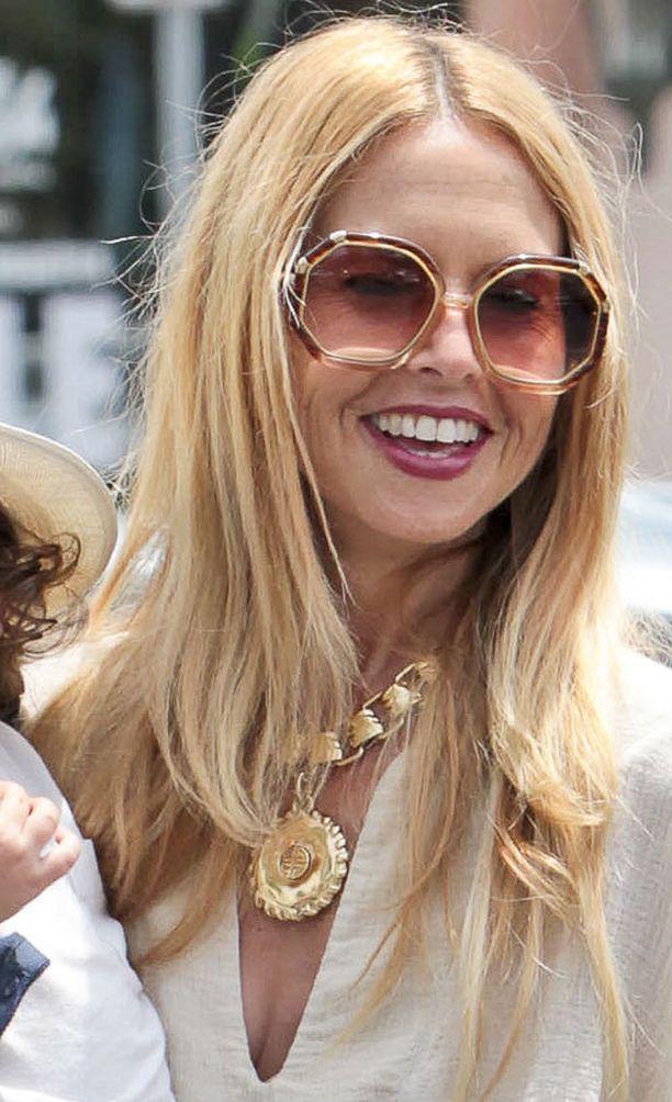 Stylisti Rachel Zoe tietää, että valtavalla kultakorulla saa kiinnostavuutta yksinkertaiseenkin tyylin.