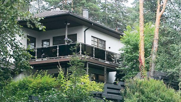 MYYNNISSÄ Anitra Ahtola-Janatuisen ja Jouni Janatuisen koti Espoossa on kaupan.