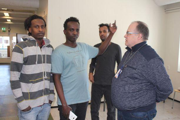 Huhtikuun alussa Kauhavan vastaanottokeskuksen johtajana aloittava Ari Kokko on haluttua juttuseuraa turvapaikanhakijoiden keskuudessa.