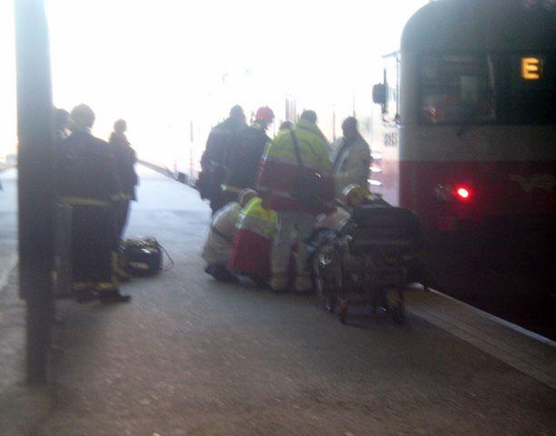 Keski-ikäinen mies horjahti laiturin ja junan väliin Helsingissä. Mies loukkaantui lievästi, mutta pystyi kävelemään omin jaloin tapauksen jälkeen.