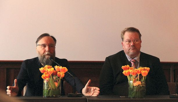 Aleksandr Dugin (vas) ja Johan Bäckman kuumensivat puheenvuoroillaan tunteita tiistaina Hotelli Kämpin Kansallissalissa