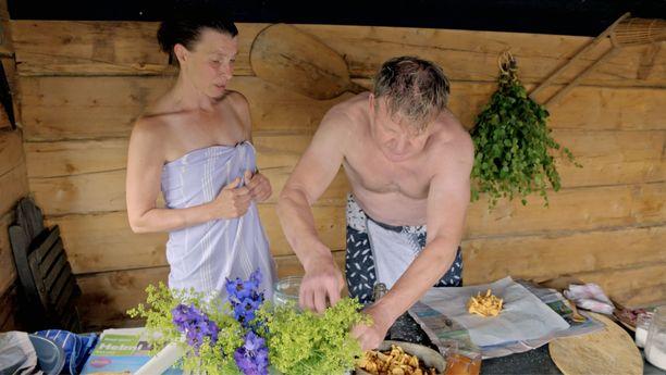 Ruokakirjailija Katariina Vuori opastaa Gordonille, kuinka poronlihapullat kypsennetään saunassa. Siellä valmistuvat myös sieninyytit.
