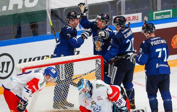 Suomi juhlii Mikael Ruohomaan 2–1-johtomaalia avauserän lopussa.