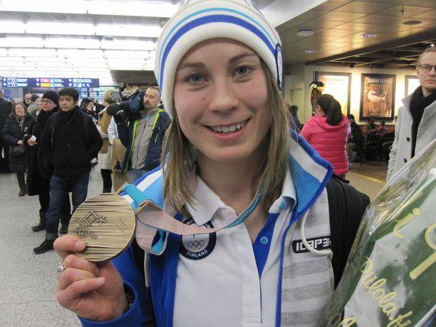 Enni Rukajärvi esitteli olympiamitaliaan Helsinki-Vantaan lentoasemalla.