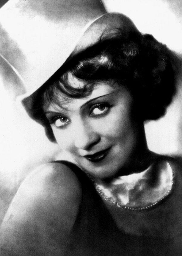 SININEN ENKELI Marlene Dietrich hurmaa kabareetähtösenä läpimurtoroolissaan.