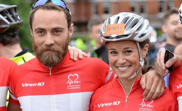 Tuleva morsian Pippa Middleton tunnetaan aktiivisena liikkujana. Kuvassa hän on veljensä Jamesin kanssa.