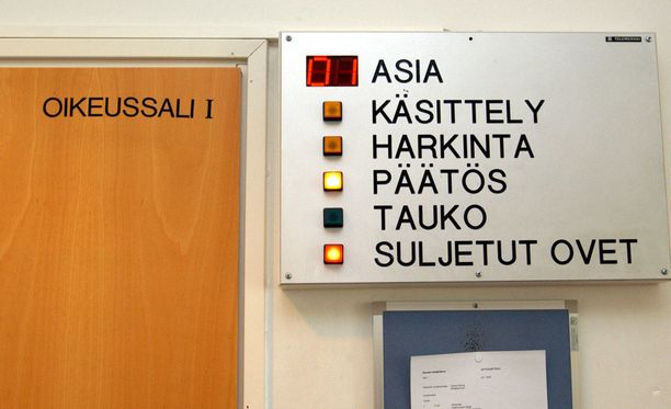 Satakunnan käräjäoikeus käsitteli asian suljetuin ovin. Kuva on Rauman virastotalon oikeussalin ovelta.