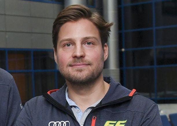 Naisten hiihtomaajoukkueen päävalmentaja Ville Oksanen sai luvan poistua Kanadasta.
