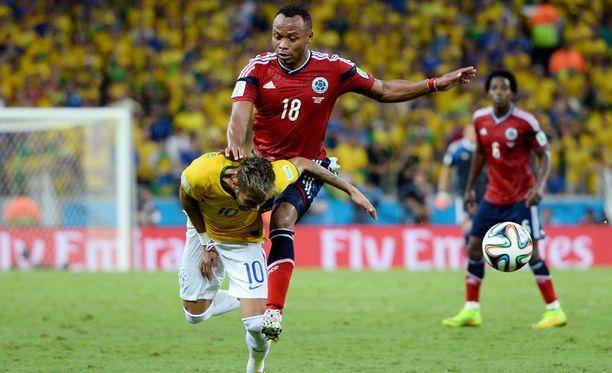 Juan Zúñiga tuli melko holtittomasti Neymarin selkään.