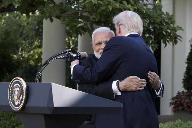 Modi kaappasi Trumpin lopulta karhumaiseen halaukseen.