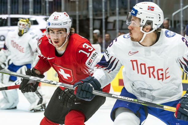 Nico Hischier (vas.) on ollut MM-kisoissa Sveitsin tehokkain pelaaja.