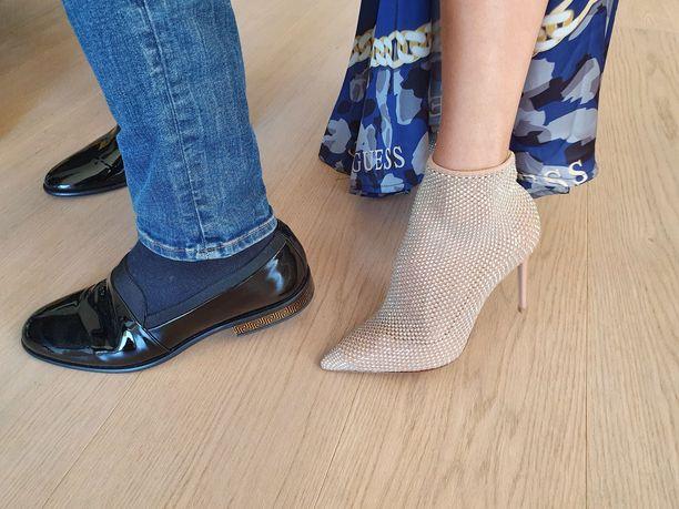 Topilla on hääpäivänä Versacen kengät. Nadjan kengät ovat Le Silla -merkkiset.