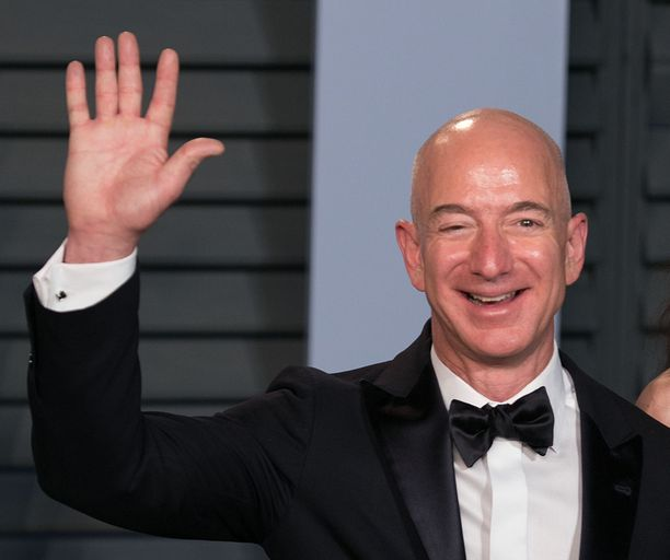 Maailman rikkain mies Jeff Bezos syyttää sensaatiolehti National Enquireria kiristämisestä.