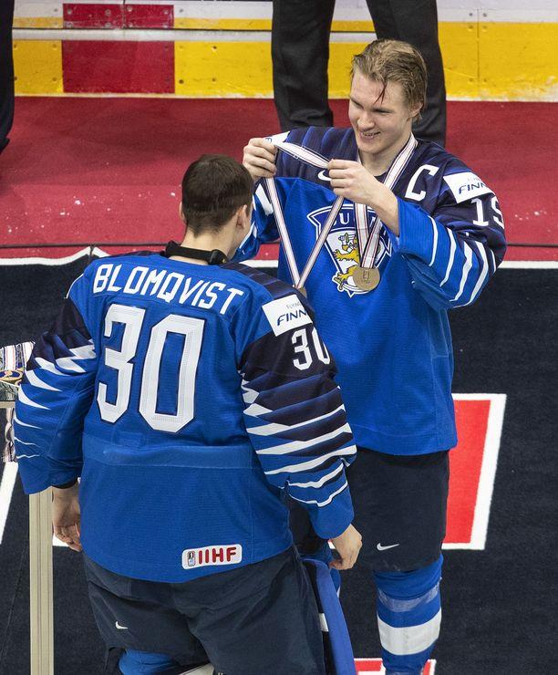Kapteeni Anton Lundell sai kunnian jakaa mitalit joukkueelleen. Tässä pronssin saa kaulaansa varamaalivahti Joel Blomqvist.