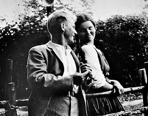 - Kesällä 1961 näyttelin Lappeenrannan kesäteatterissa. Tässä poseeraan Matti Salmelan kanssa Maiju Lassilan kirjoittamassa näytelmässä Mimmi Paavalina. Ohjaaja oli Mikko Majalahti. Teatteri jäi, kun muutin Lahteen, ja minulla oli suuri hätä löytää työ, jolla elätän itseni.