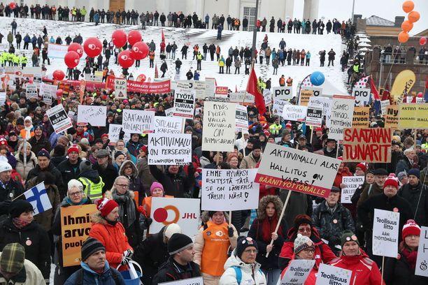 Aktiivimallia vastustettiin mielenosoituksessa Helsingin Senaatintorilla helmikuun alussa.